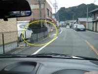 黒フェンスの家を左折して路地へ