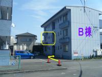 右手の建物の202です。